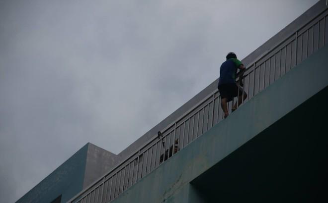 Giải cứu nam thanh niên thất tình đòi nhảy lầu tự tử ở Sài Gòn