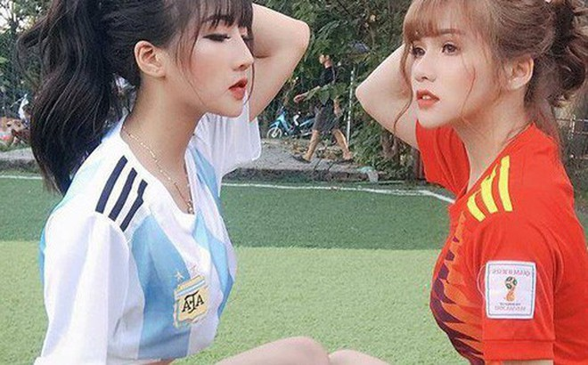 Danh tính 2 cô gái xinh khoe dáng nóng bỏng trên sân cỏ hưởng ứng World Cup 2018