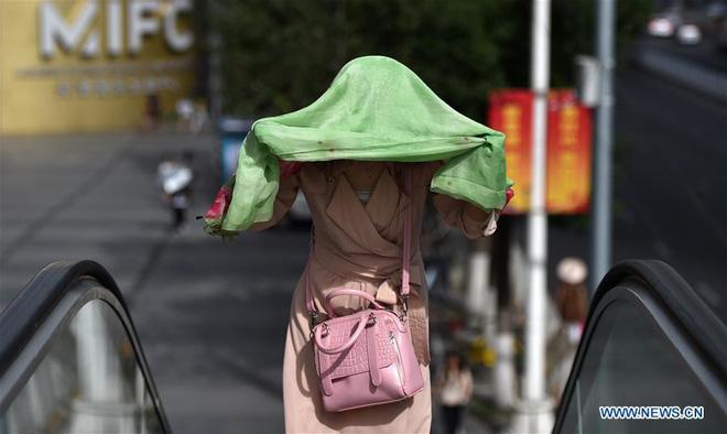 24h qua ảnh: Nắng nóng như đổ lửa ở Trung Quốc 1