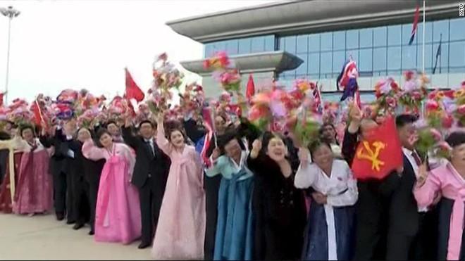 Tư liệu từ KCNA: Vị anh hùng Kim Jong Un về nước trong sự đón tiếp đặc biệt long trọng - ảnh 1