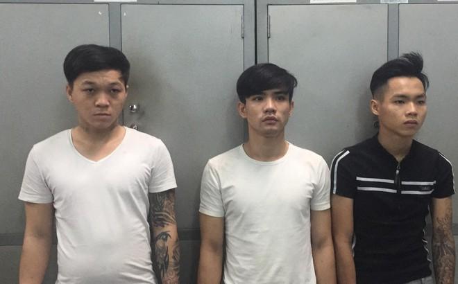 Nhóm thanh niên Sài Gòn đấm vào mặt cô gái ngoại quốc rồi cướp tài sản