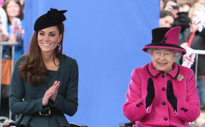"""""""Thần thái"""" xuất chúng của Công nương Kate trong chuyến đi đầu tiên với Nữ hoàng Anh gây sốt trở lại"""
