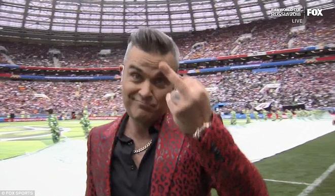 Ca sĩ Robbie Williams có hành động phản cảm, gây phẫn nộ trong lễ khai mạc World Cup 2018 - ảnh 1