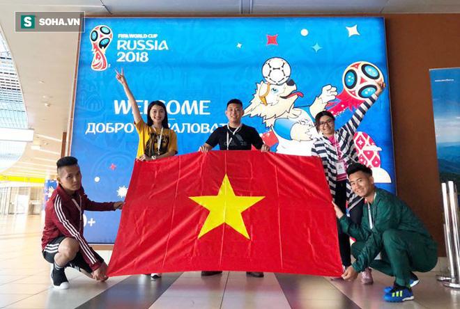 Hoa hậu Việt Nam tới sân dự khán, cổ vũ Đức trước Mexico 2