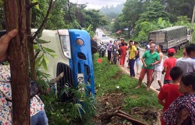 Xe tải tông xe khách lật ngửa, 3 người bị thương 2