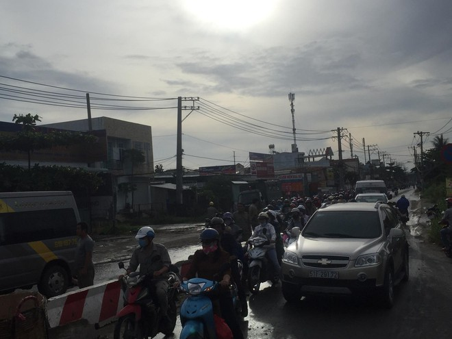 Gần 10 người hoảng loạn kêu cứu trong xe khách bị lật ở Sài Gòn 2