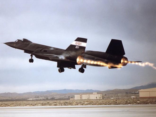 Siêu máy bay do thám Mỹ: Thoát hiểm hàng nghìn vụ tấn công tên lửa trong suốt 24 năm - Ảnh 1.