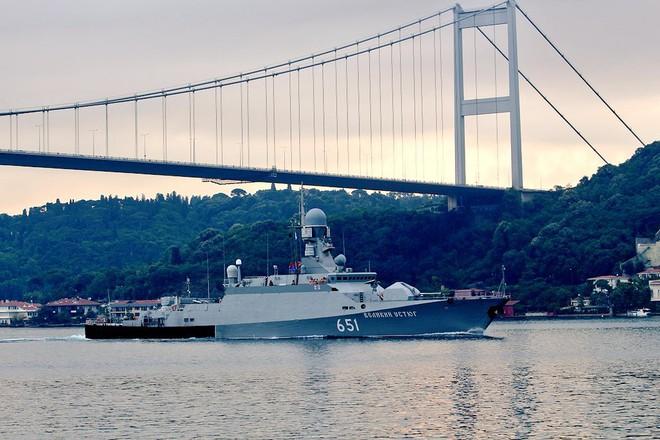 2 tàu Nga hừng hực khí thế vào Địa Trung Hải: Tên lửa Kalibr sắp quất thẳng mặt IS Syria? - Ảnh 1.