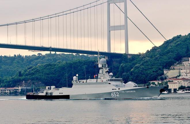2 tàu Nga hừng hực khí thế vào Địa Trung Hải: Tên lửa Kalibr sắp quất thẳng mặt IS Syria? - Ảnh 2.