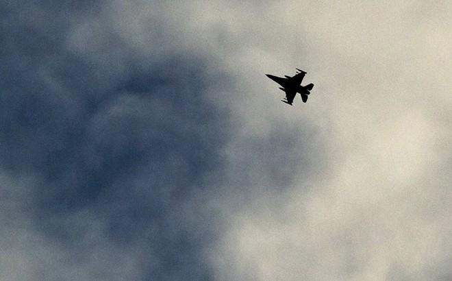 NÓNG: Máy bay liên quân Mỹ tấn công căn cứ quân sự Syria 1