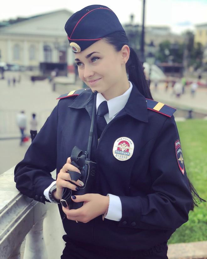 Fan bóng đá muốn vào tù sau khi chứng kiến nhan sắc xinh đẹp của nữ cảnh sát Nga 1