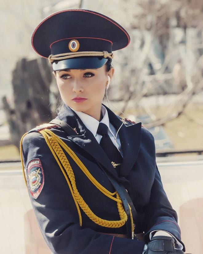 Fan bóng đá muốn vào tù sau khi chứng kiến nhan sắc xinh đẹp của nữ cảnh sát Nga 2