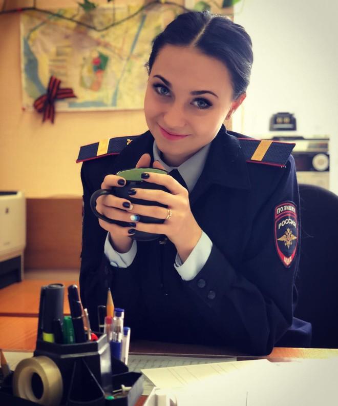 Fan bóng đá muốn vào tù sau khi chứng kiến nhan sắc xinh đẹp của nữ cảnh sát Nga 4