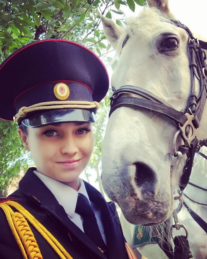 Fan bóng đá muốn vào tù sau khi chứng kiến nhan sắc xinh đẹp của nữ cảnh sát Nga 5
