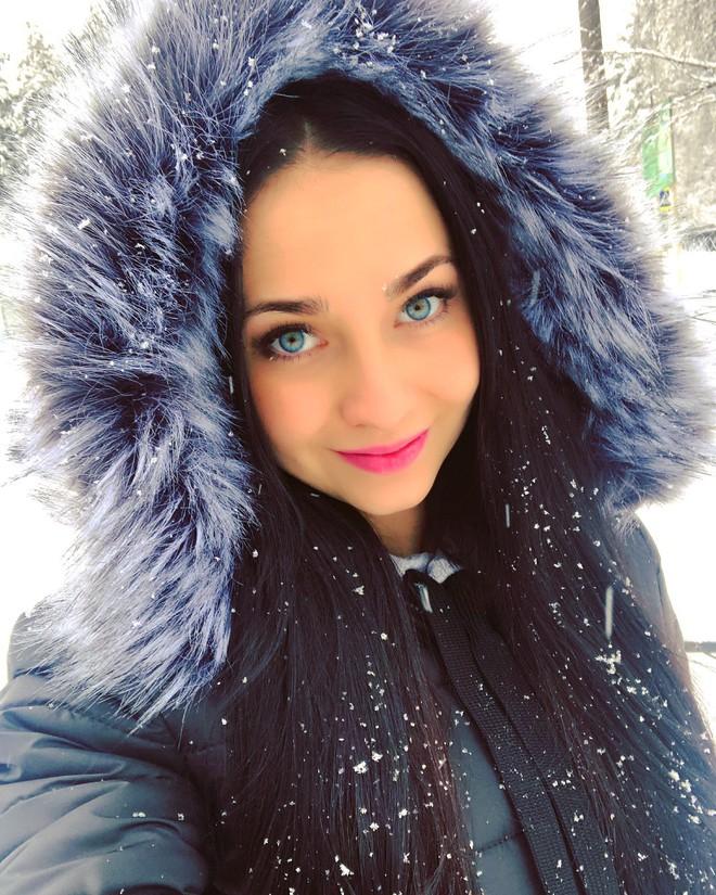 Fan bóng đá muốn vào tù sau khi chứng kiến nhan sắc xinh đẹp của nữ cảnh sát Nga 8