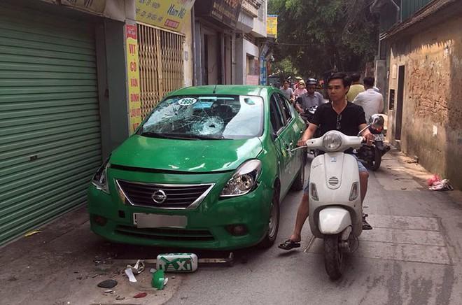 Taxi bị đập vỡ kính, bẻ gương chiếu hậu khi dừng đỗ trên đường phố Hà Nội 2