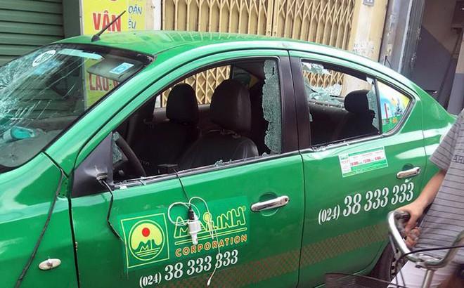 Taxi bị đập vỡ kính, bẻ gương chiếu hậu khi dừng đỗ trên đường phố Hà Nội 1