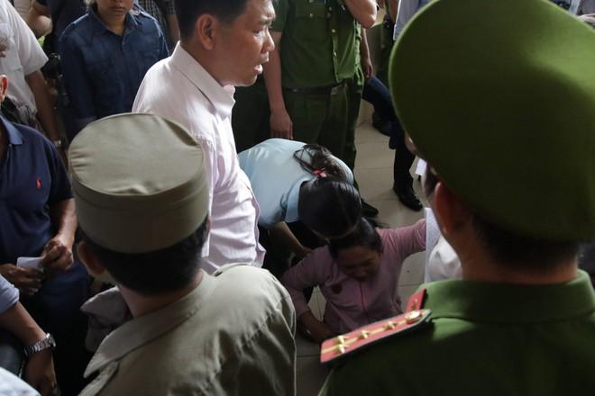 Hàng chục người bức xúc vì không được đối thoại với Bí thư Nguyễn Thiện Nhân - Ảnh 1.