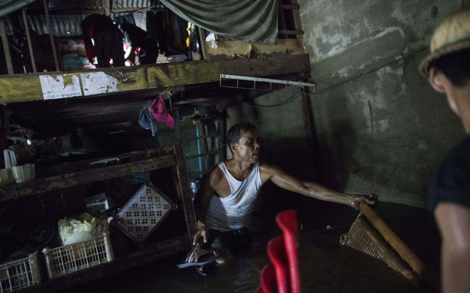24h qua ảnh: Thanh niên thi bắt vịt dưới sông ở Trung Quốc - Ảnh 6.
