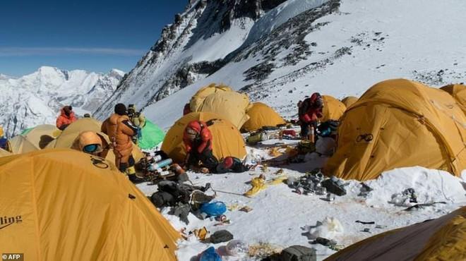 Những hình ảnh gây shock: Đỉnh Everest danh giá giờ đã trở thành bãi rác cao nhất thế giới 1