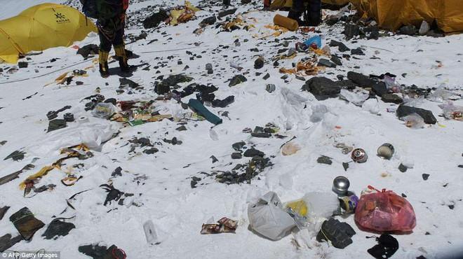 Những hình ảnh gây shock: Đỉnh Everest danh giá giờ đã trở thành bãi rác cao nhất thế giới 3