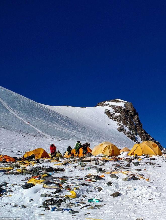 Những hình ảnh gây shock: Đỉnh Everest danh giá giờ đã trở thành bãi rác cao nhất thế giới 5