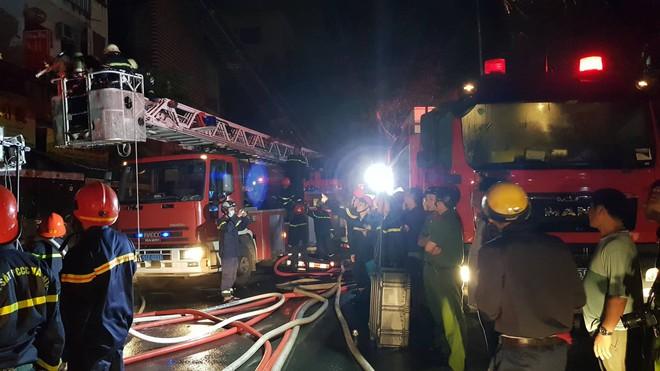 Sau tiếng nổ lớn, 4 căn nhà ở Sài Gòn bốc cháy ngùn ngụt giữa đêm 2