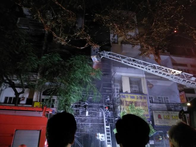 Sau tiếng nổ lớn, 4 căn nhà ở Sài Gòn bốc cháy ngùn ngụt giữa đêm 3