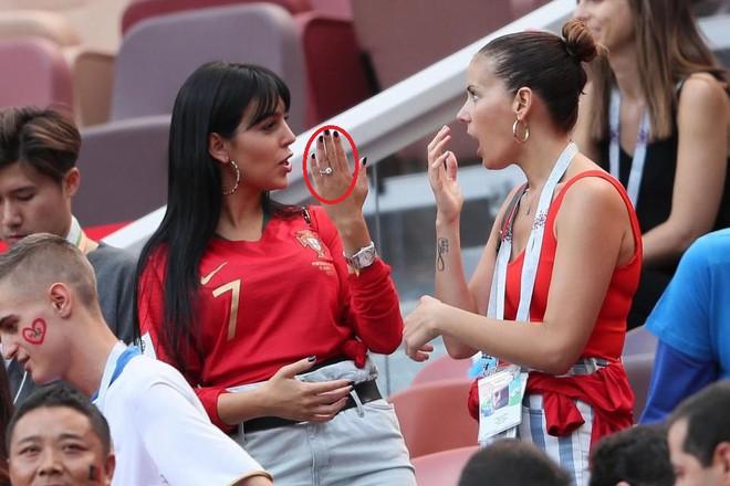 Đến sân cổ vũ Ronaldo, Georgina tự hào khoe nhẫn kim cương giá 18 tỉ - Ảnh 2.
