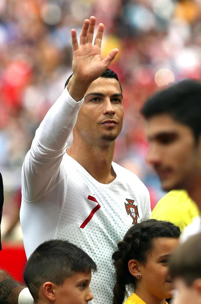 Đến sân cổ vũ Ronaldo, Georgina tự hào khoe nhẫn kim cương giá 18 tỉ - Ảnh 3.