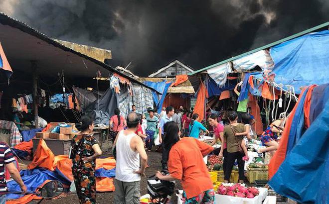 Chợ Sóc Sơn bốc cháy dữ dội, khu vực rộng hơn 1000 mét vuông bên trong bị thiêu rụi 1