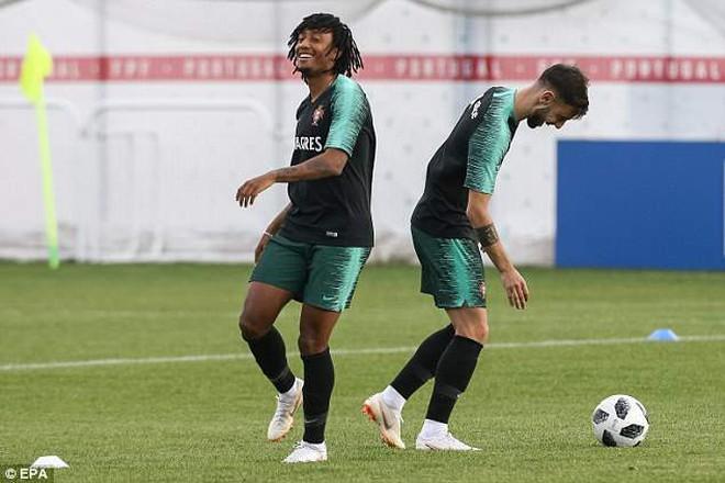Ronaldo cười tươi rói trong ngày Messi cúi mặt giữa nỗi buồn vô tận 4