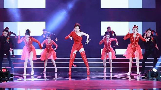 Chi Pu biểu diễn bốc lửa với 30 thí sinh HHVN trong trang phục bikini  - Ảnh 2.