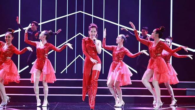 Chi Pu biểu diễn bốc lửa với 30 thí sinh HHVN trong trang phục bikini  - Ảnh 3.