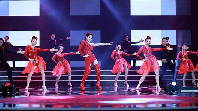 Chi Pu biểu diễn bốc lửa với 30 thí sinh HHVN trong trang phục bikini  - Ảnh 4.