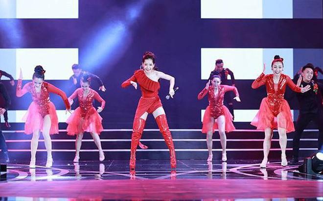 Chi Pu biểu diễn bốc lửa với 30 thí sinh HHVN trong trang phục bikini