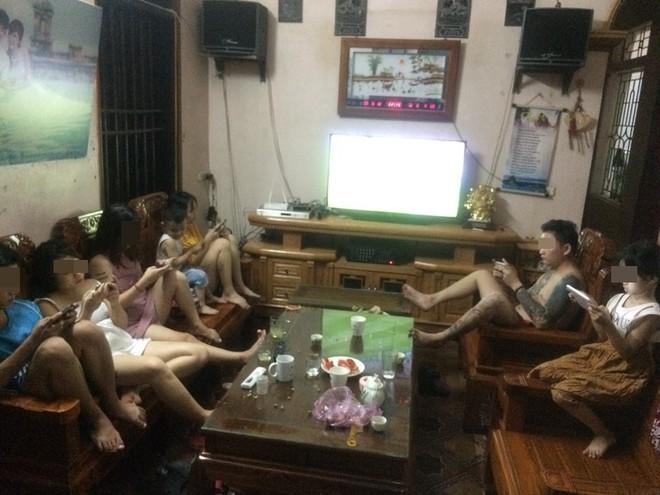 Tấm hình cả nhà xem World Cup nhưng không ai nhìn… tivi
