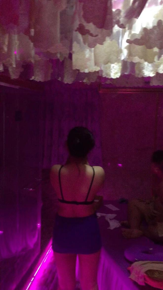 Nhân viên massage ở trung tâm Sài Gòn khoả thân phục vụ khách - Ảnh 2.