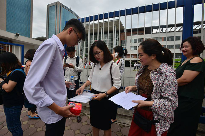 Thí sinh của gần 40.000 phòng thi bước vào làm bài môn Ngữ văn THPT Quốc gia 2018 - Ảnh 9.
