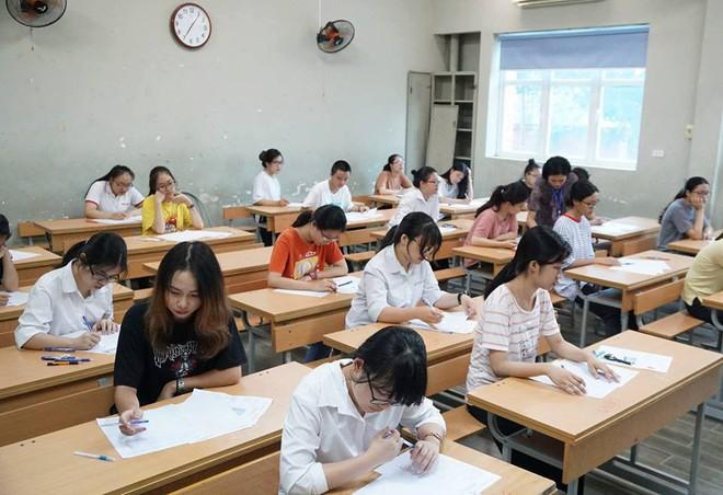 Thí sinh của gần 40.000 phòng thi bước vào làm bài môn Ngữ văn THPT Quốc gia 2018 - Ảnh 2.
