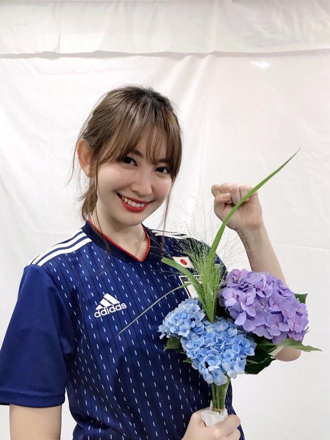 Đội tuyển Nhật gây bão ở World Cup 2018, Maria Ozawa và dàn mỹ nhân phấn khích cổ vũ - Ảnh 4.