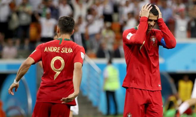 Cận cảnh 90 phút kinh hoàng của Ronaldo: Bế tắc, sút hỏng penalty và suýt nhận thẻ đỏ - Ảnh 8.