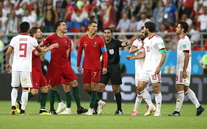 Cận cảnh 90 phút kinh hoàng của Ronaldo: Bế tắc, sút hỏng penalty và suýt nhận thẻ đỏ - Ảnh 12.