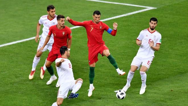 Cận cảnh 90 phút kinh hoàng của Ronaldo: Bế tắc, sút hỏng penalty và suýt nhận thẻ đỏ - Ảnh 3.