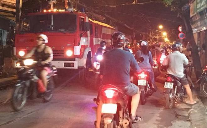 Một cảnh sát PCCC bị thương khi đang chữa cháy 2 căn nhà ở Sài Gòn 1