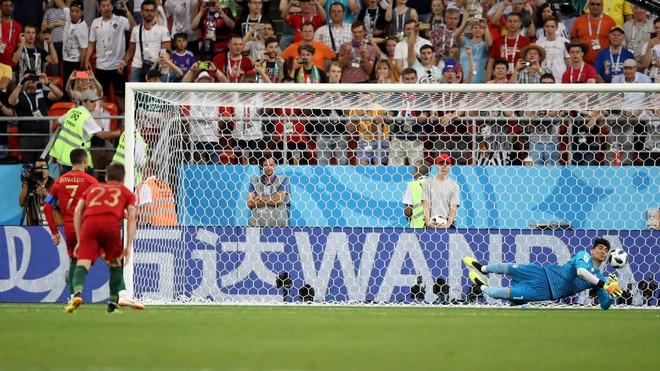 Cận cảnh 90 phút kinh hoàng của Ronaldo: Bế tắc, sút hỏng penalty và suýt nhận thẻ đỏ - Ảnh 7.