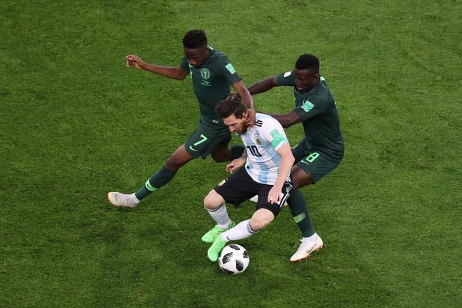 Không phải bàn thắng, đây mới là hình ảnh 'điên rồ' nhất của Messi trước Nigeria 2