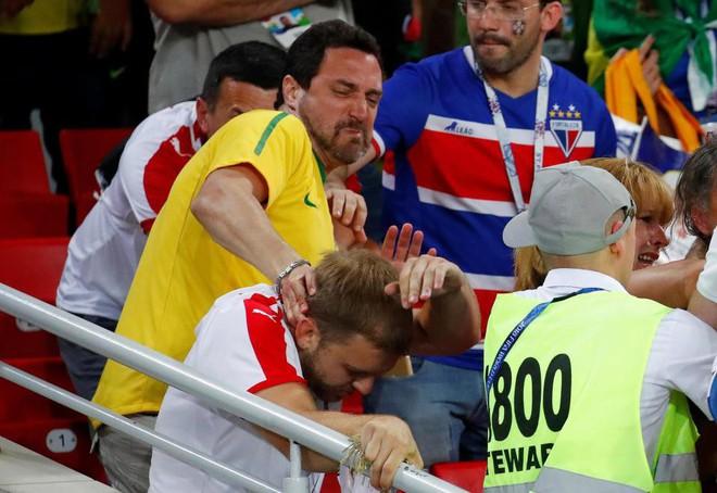 Fan Brazil túm tóc, fan Serbia vung nắm đấm dữ dội trong trận cầu sinh tử 5