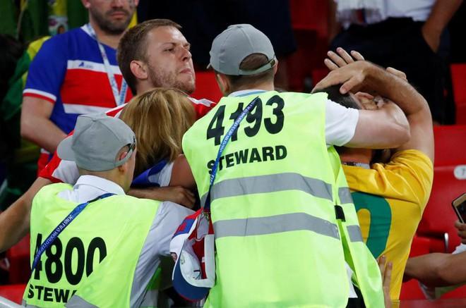 Fan Brazil túm tóc, fan Serbia vung nắm đấm dữ dội trong trận cầu sinh tử 4