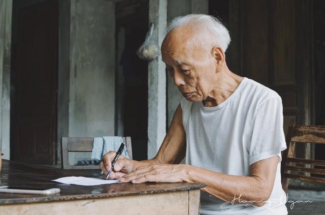 Bộ ảnh ông chải tóc, đọc thơ cho bà được chia sẻ nhiều nhất trong vòng 24 giờ và những tiết lộ phía sau  - Ảnh 3.